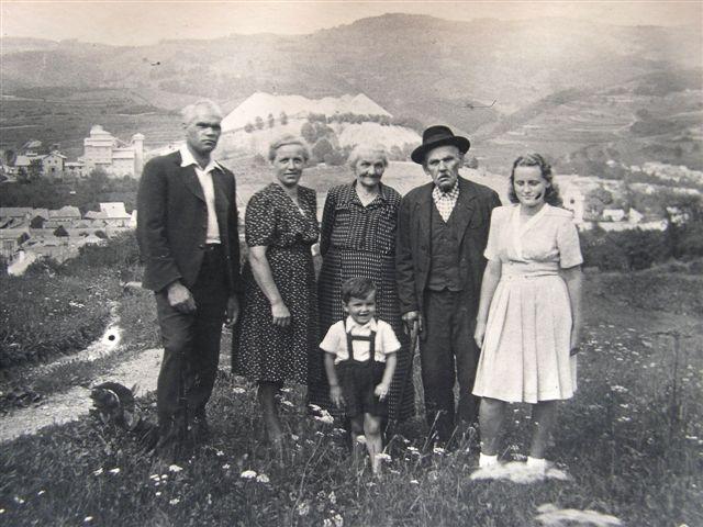 Moja rodina so mňou. V pozadí azbest asi r.1949