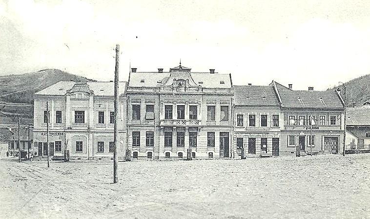 Plac- Námestie Baníkov smerom ku pošte a pohostinstvu Lipa