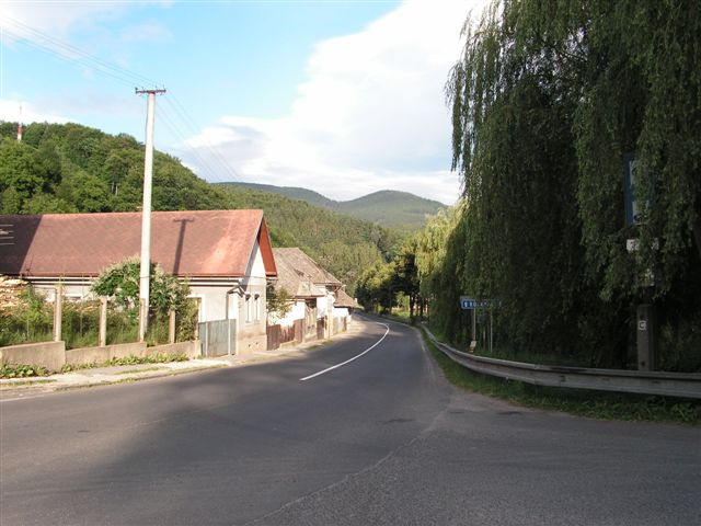 Pohľad z nám. Troch ruží na ul. Banskú a  vrch Grófske